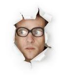 Uomo in vetri che osservano dal foro Fotografie Stock