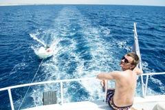 Uomo in vetri che si siedono sull'alto Mar Rosso dell'yacht Fotografia Stock Libera da Diritti