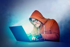 Uomo in vetri e computer portatile Effetto dell'incandescenza dello schermo fotografie stock