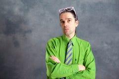 Uomo in vetri verdi di rosa della camicia sulla testa che sembra scettica Fotografia Stock