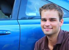 Uomo vicino ad un'automobile Fotografie Stock