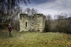 Uomo vicino ad un castello rovinato Fotografia Stock Libera da Diritti