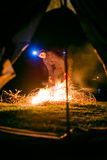 Uomo vicino al fuoco del campo Fotografia Stock Libera da Diritti