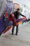 Uomo vicino alla parete di graffity Fotografia Stock