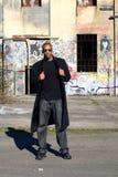 Uomo vicino a vecchia costruzione Fotografie Stock