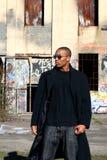 Uomo vicino a vecchia costruzione Fotografie Stock Libere da Diritti