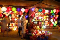 Uomo vietnamita che vende le lanterne variopinte alla via del mercato di Hoi An fotografie stock libere da diritti