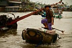 Uomo vietnamita su una barca Immagini Stock