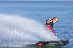 Uomo Wakeboarding sul lago Fotografia Stock Libera da Diritti