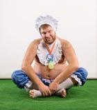 Uomo weared come fare da baby-sitter su erba Immagine Stock Libera da Diritti