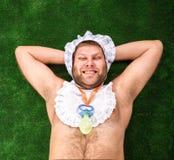 Uomo weared come riposo del bambino immagini stock