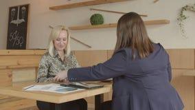 Uorganizowani spotkanie partnery płaci sumarycznego rachunek zbiory