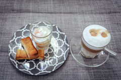 Uova à la coque con pane tostato Fotografie Stock Libere da Diritti
