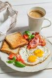 Uova, bacon, pane tostato e caffè per la prima colazione fotografia stock libera da diritti