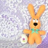 Uova beige ritenute di decoupage e del coniglio - simboli di Pasqua fotografia stock libera da diritti