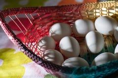 Uova bianche in cestino immagini stock libere da diritti