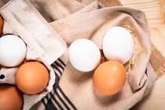 Uova bianche dell'alimento dell'azienda agricola sana di concetto e pape organici freschi delle uova Immagine Stock