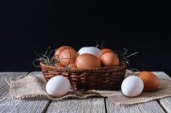 Uova bianche e marroni del pollo fresco sul primo piano del sacco, fondo di agricoltura biologica Immagini Stock Libere da Diritti