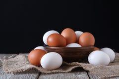 Uova bianche e marroni del pollo fresco sul primo piano del sacco, fondo di agricoltura biologica Immagine Stock Libera da Diritti