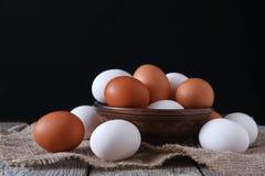 Uova bianche e marroni del pollo fresco sul primo piano del sacco, fondo di agricoltura biologica Fotografia Stock
