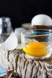 Uova bianche e tuorlo d'uovo tagliati natura morta Immagini Stock Libere da Diritti