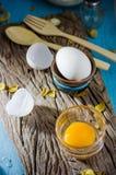 Uova bianche e tuorlo d'uovo tagliati natura morta Fotografia Stock
