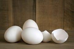Uova bianche intere e incrinate Immagini Stock