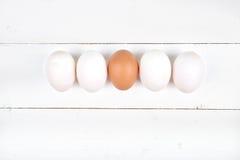 Uova bianche su un fondo di legno Fotografia Stock Libera da Diritti