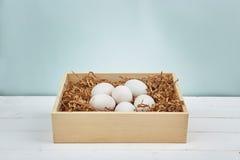Uova bianche su un fondo di legno Immagine Stock Libera da Diritti