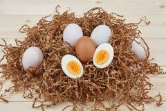 Uova bianche su un fondo di legno Fotografie Stock
