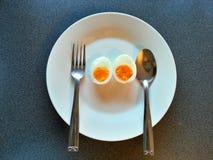 Uova bollite nel piatto, alimento di dieta, alimento pulito Fotografia Stock