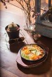 Uova calde della pentola della prima colazione classica di stile fotografia stock libera da diritti