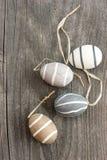 Uova ceramiche decorative su fondo di legno Fotografia Stock
