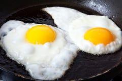 Uova che friggono in olio Fotografie Stock Libere da Diritti