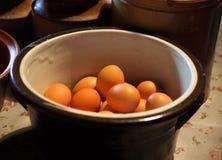 Uova in ciotola delle terrecotte immagine stock
