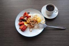 Uova, cipolla e pomodori ciliegia con caffè Fotografia Stock Libera da Diritti