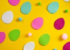 Uova colorate e piccoli mucchi lanuginosi come simbolo di Pasqua uova fatte del foamiran fotografia stock