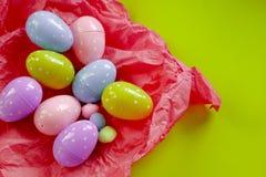 Uova colorate e piccoli mucchi lanuginosi come simbolo di Pasqua uova fatte del foamiran immagine stock libera da diritti