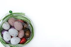 Uova colorate, pasqua domenica, fondo bianco, spazio della copia Fotografia Stock