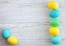 Uova colorate su un fondo bianco Immagine Stock Libera da Diritti