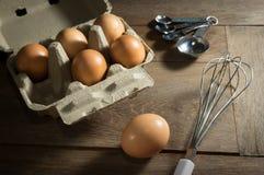 Uova con gli accessori di cottura Immagine Stock