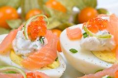 Uova con i salmoni ed il caviale Fotografie Stock