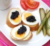 Uova con il caviale Fotografia Stock