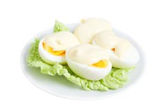 Uova con maionese sul foglio verde della lattuga Fotografie Stock Libere da Diritti