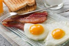 Uova con pancetta affumicata Fotografia Stock