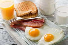Uova con pancetta affumicata Immagine Stock