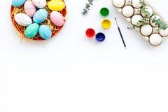 Uova con pittura variopinta per tradizione di pasqua sul modello bianco di vista superiore del fondo fotografia stock