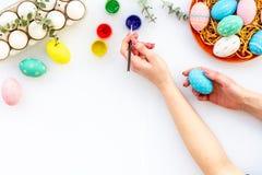 Uova con pittura variopinta per tradizione di pasqua sul modello bianco di vista superiore del fondo fotografie stock libere da diritti