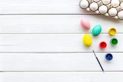 Uova con pittura variopinta per tradizione di pasqua sul modello di legno bianco di vista superiore del fondo immagine stock libera da diritti