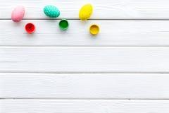 Uova con pittura variopinta per tradizione di pasqua sul modello di legno bianco di vista superiore del fondo fotografie stock libere da diritti